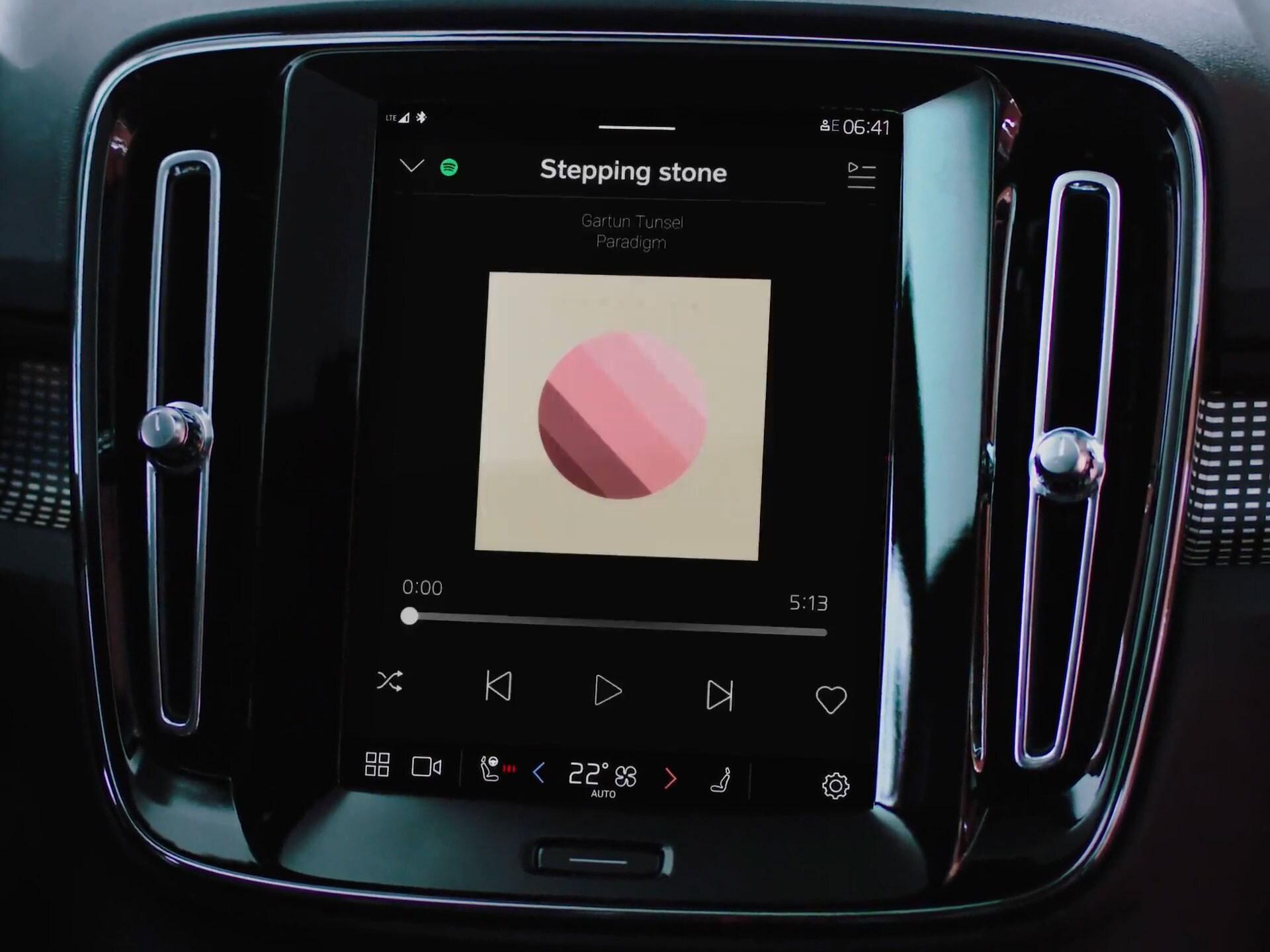 Commande vocale grâce à Google Assistant dans une Volvo XC40 Recharge.