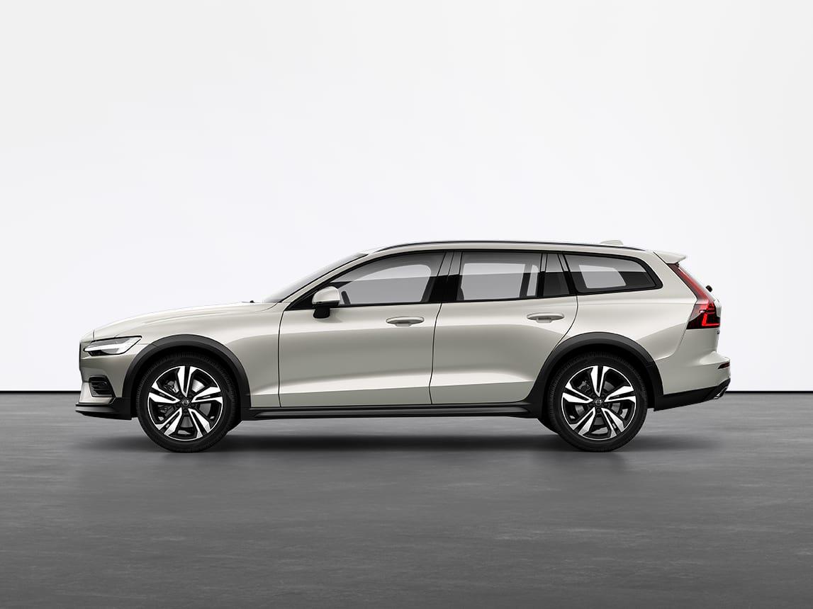 Bērza gaišas krāsas Volvo V60 Cross Country universālis nekustīgi stāv uz pelēkas grīdas studijā