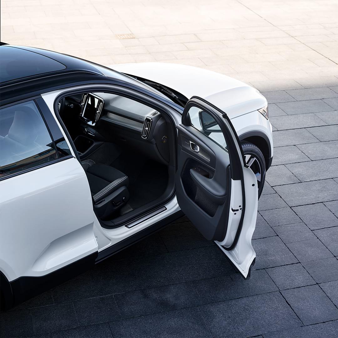 Volvo XC40 Recharge pasažiera priekšējās durvis ir atvērtas.