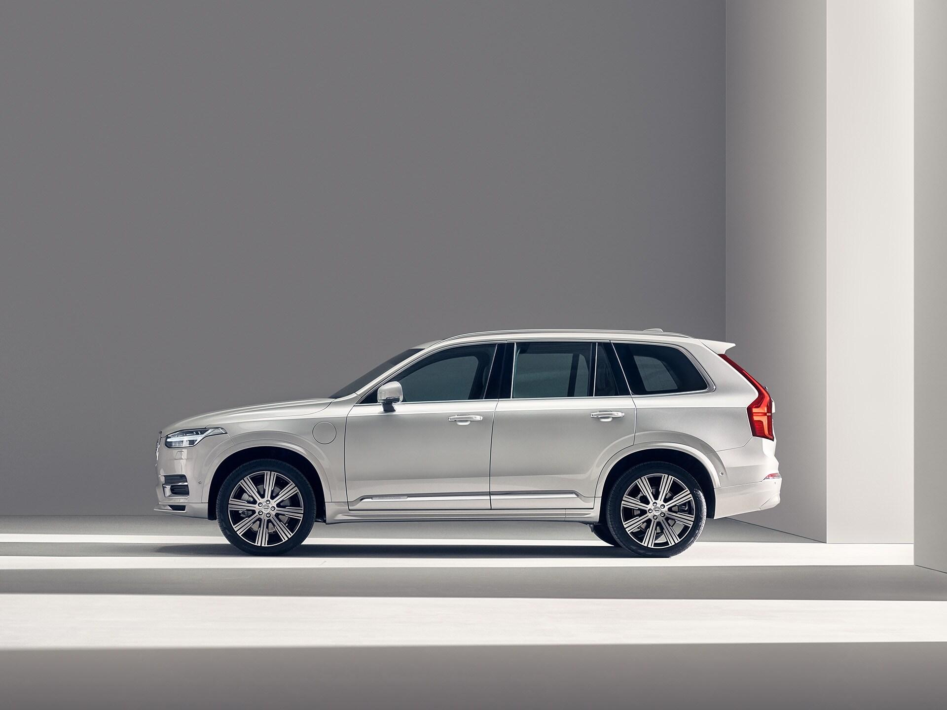 Bijeli Volvo SUV XC90 Recharge nepomično stoji
