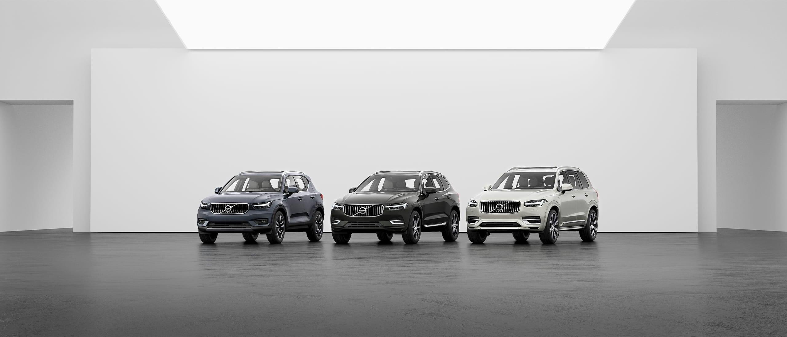 Een opstelling van de Volvo SUV's XC40, XC60 en XC90 op een grijze vloer