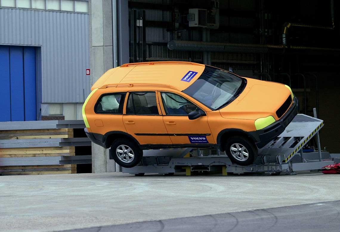 Een Volvo SUV tijdens rollovertests voor de controle van het elektronische stabiliteitssysteem en de veiligheidsstructuur.