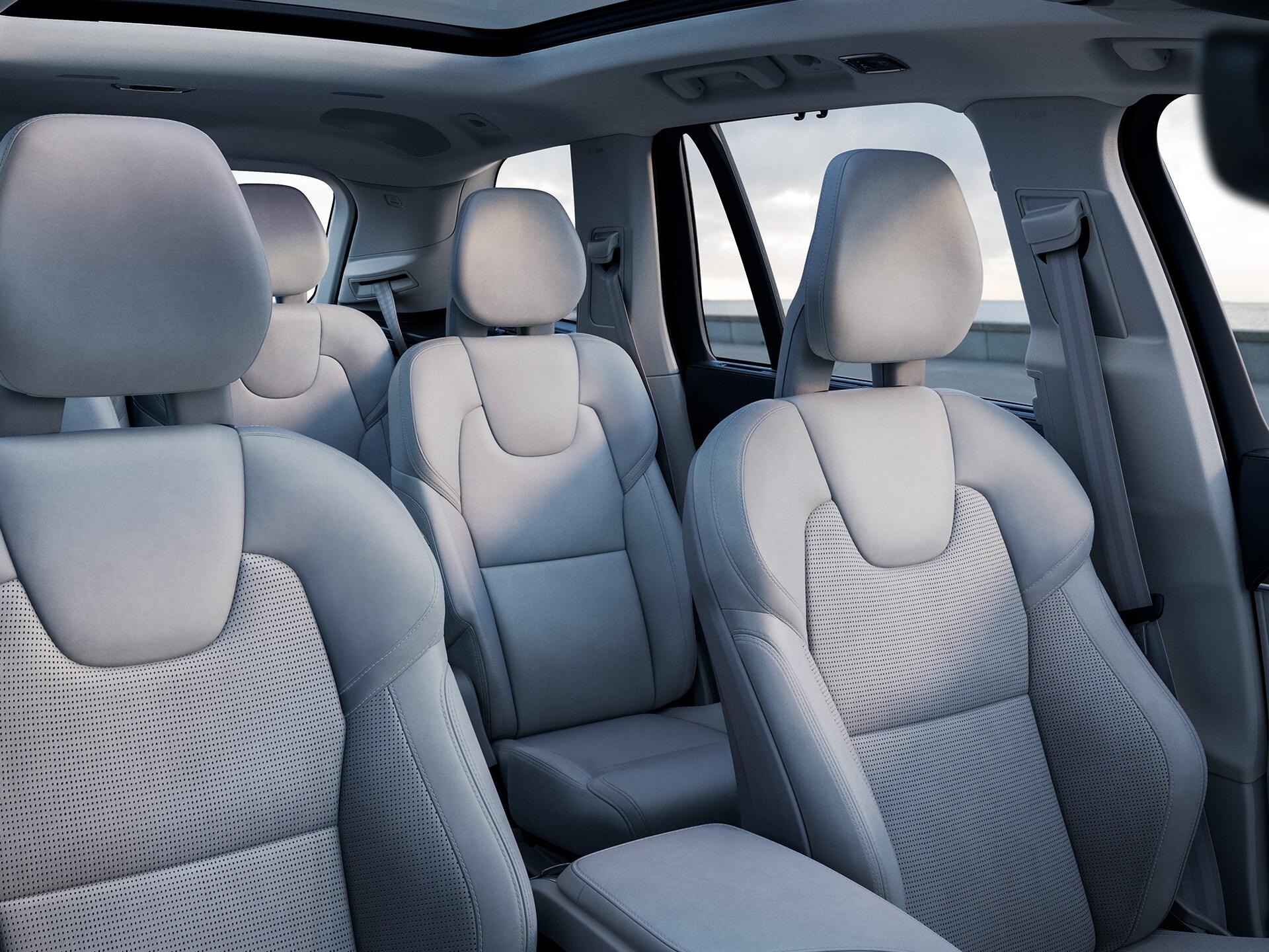 Interieur van een Volvo SUV met drie zitrijen met lichtkleurige zetelbekleding