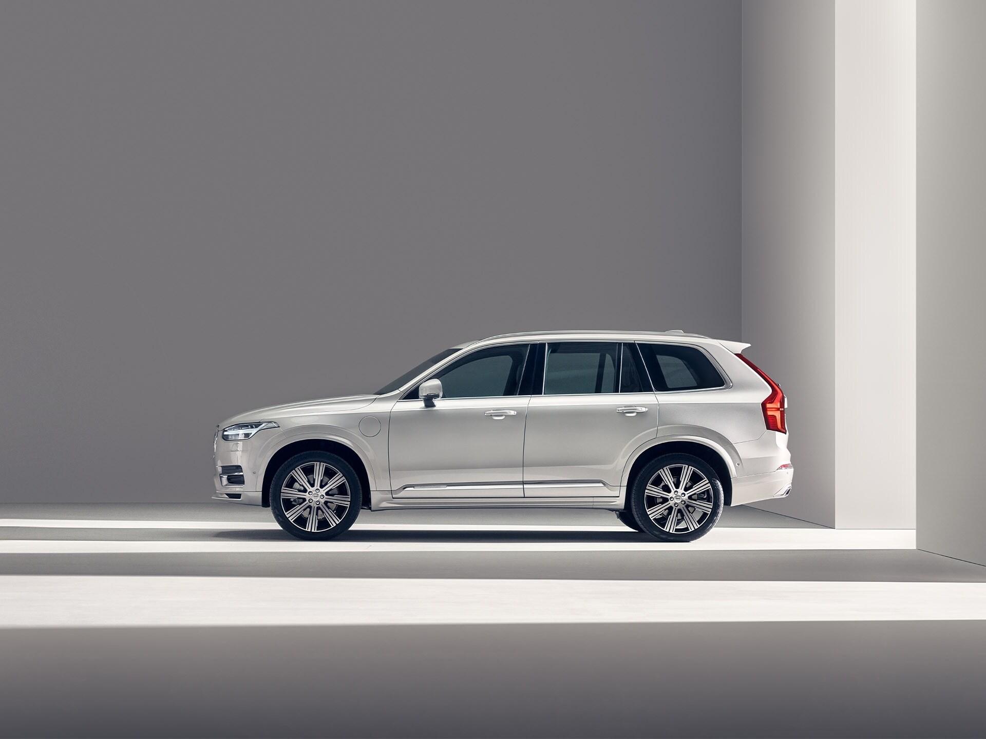 Een witte Volvo SUV XC90 Recharge die stilstaat