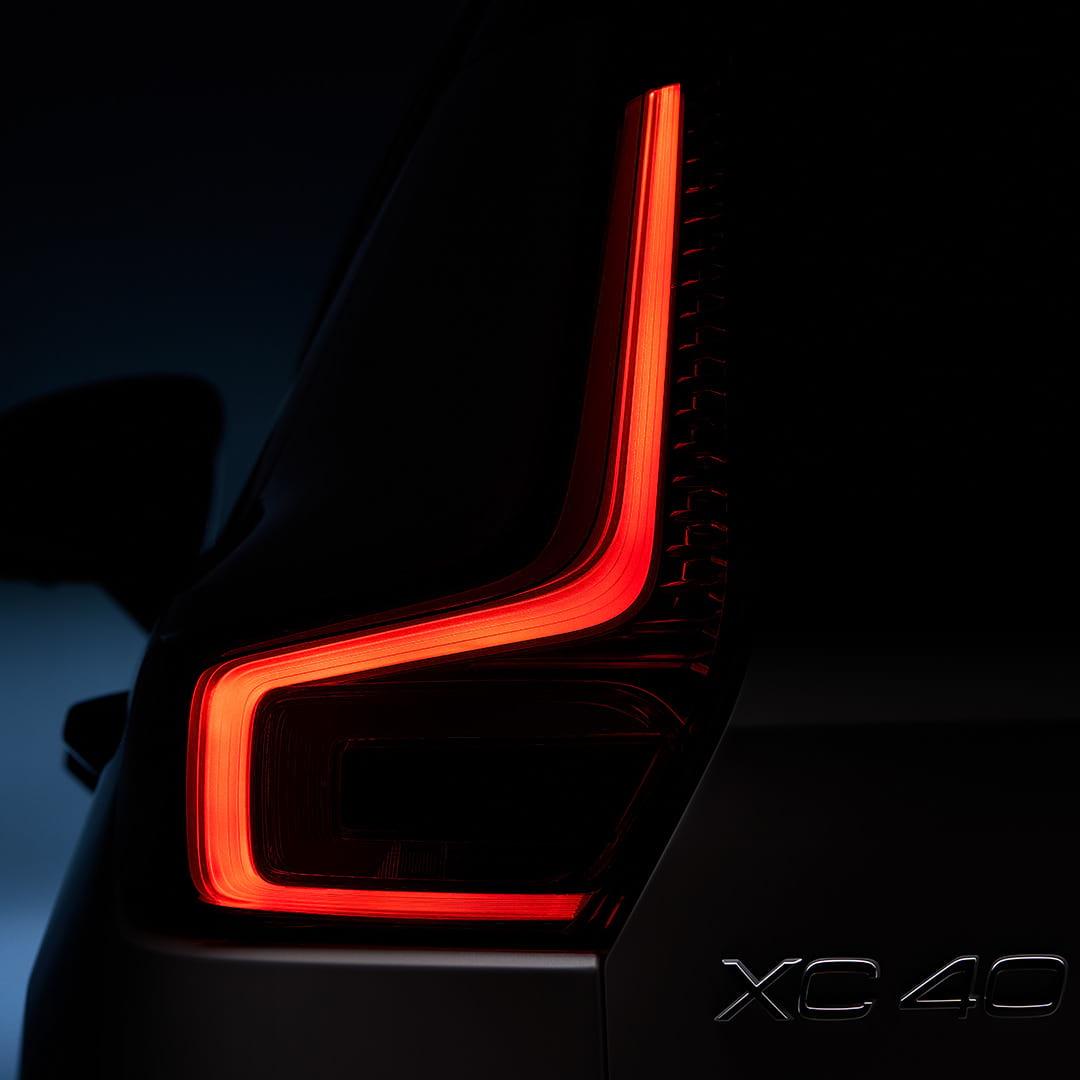 Het achterlicht van een Volvo XC40 Recharge.