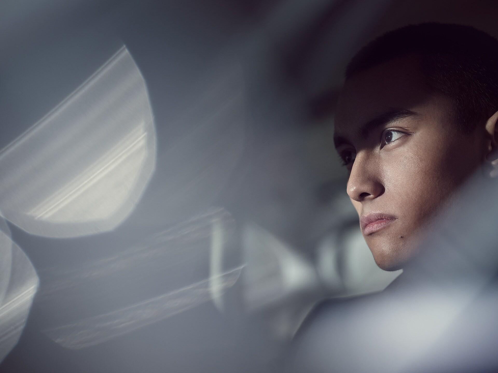 Een close-upfoto van een man op de achterbank van een Volvo S90 Recharge