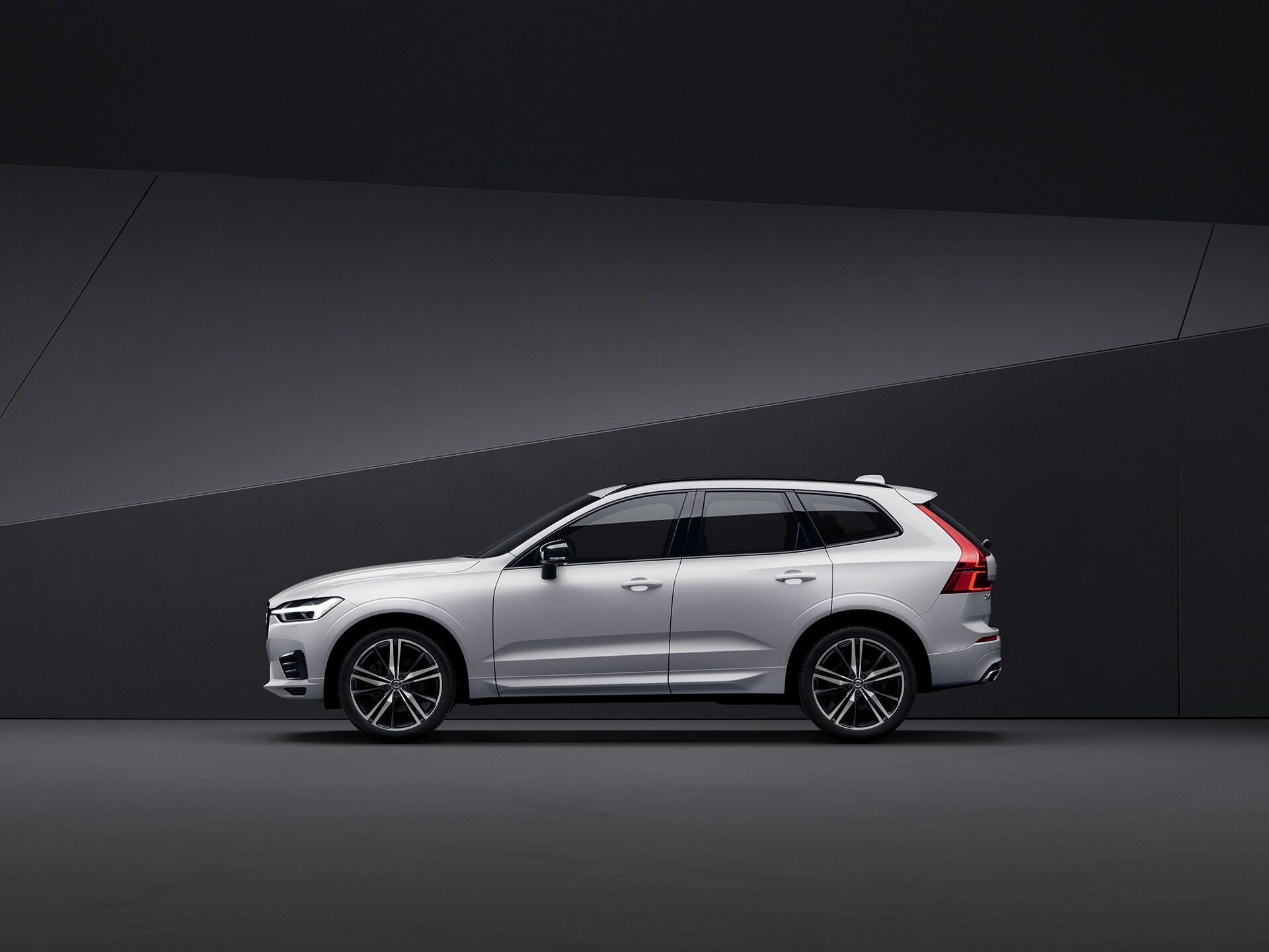 Een witte Volvo XC60 geparkeerd in een zwarte omgeving