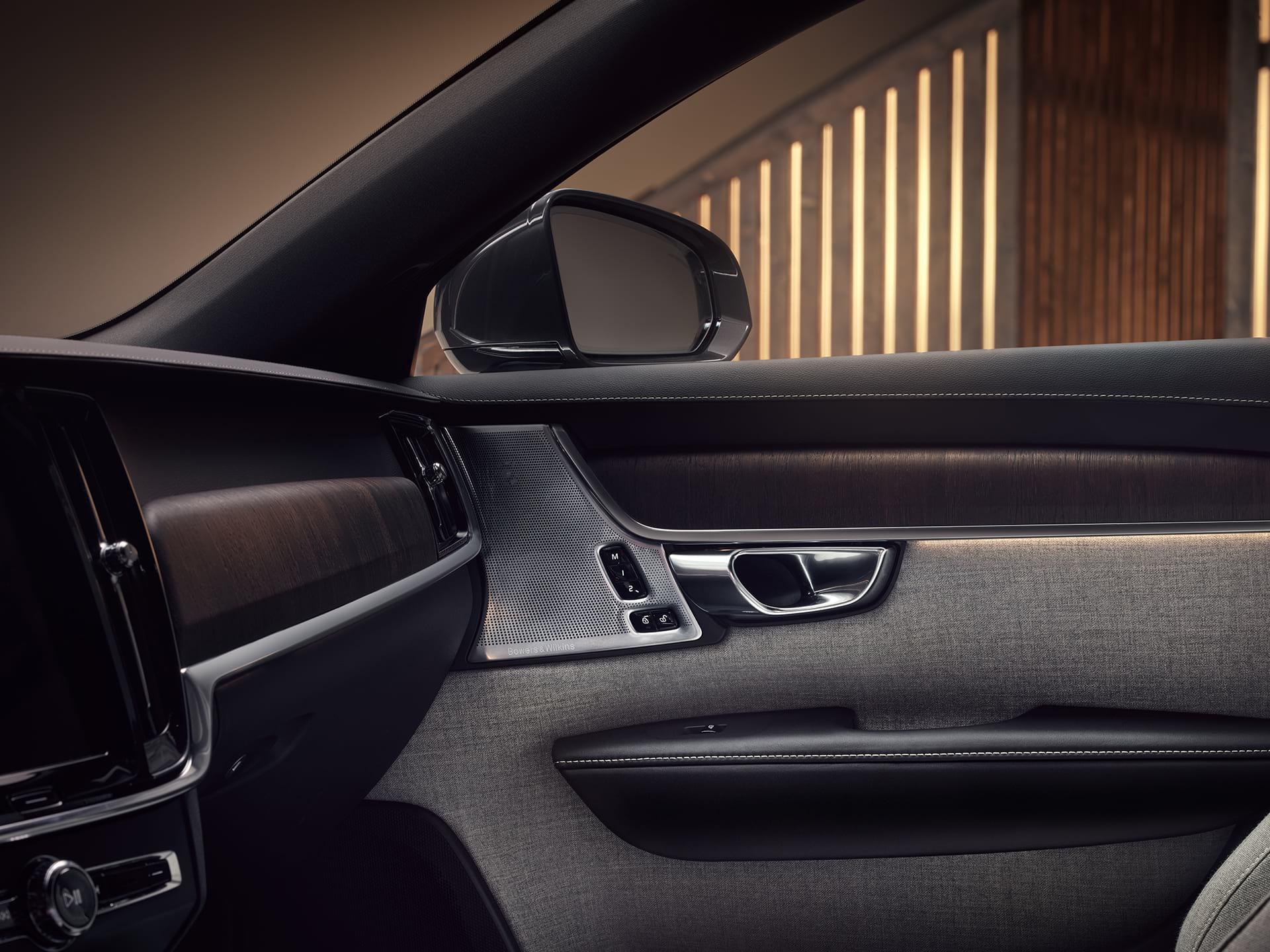 Tilpasset lys i passasjersetet til en Volvo V90 Recharge.