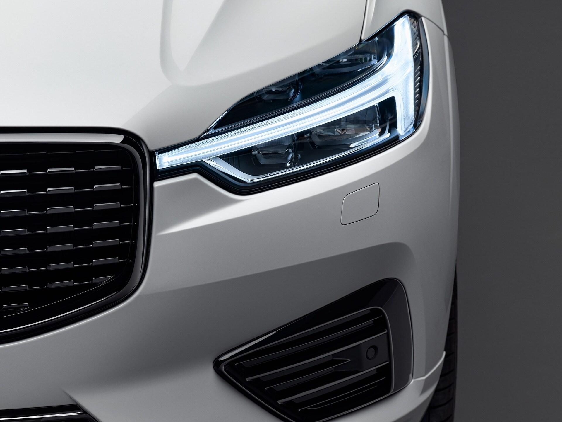 El exterior frontal de un Volvo XC60 blanco