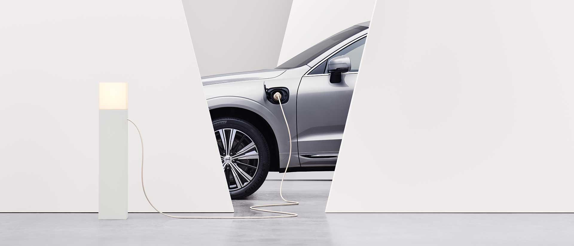 Samochód Volvo ładuje się na stacji ładowania.