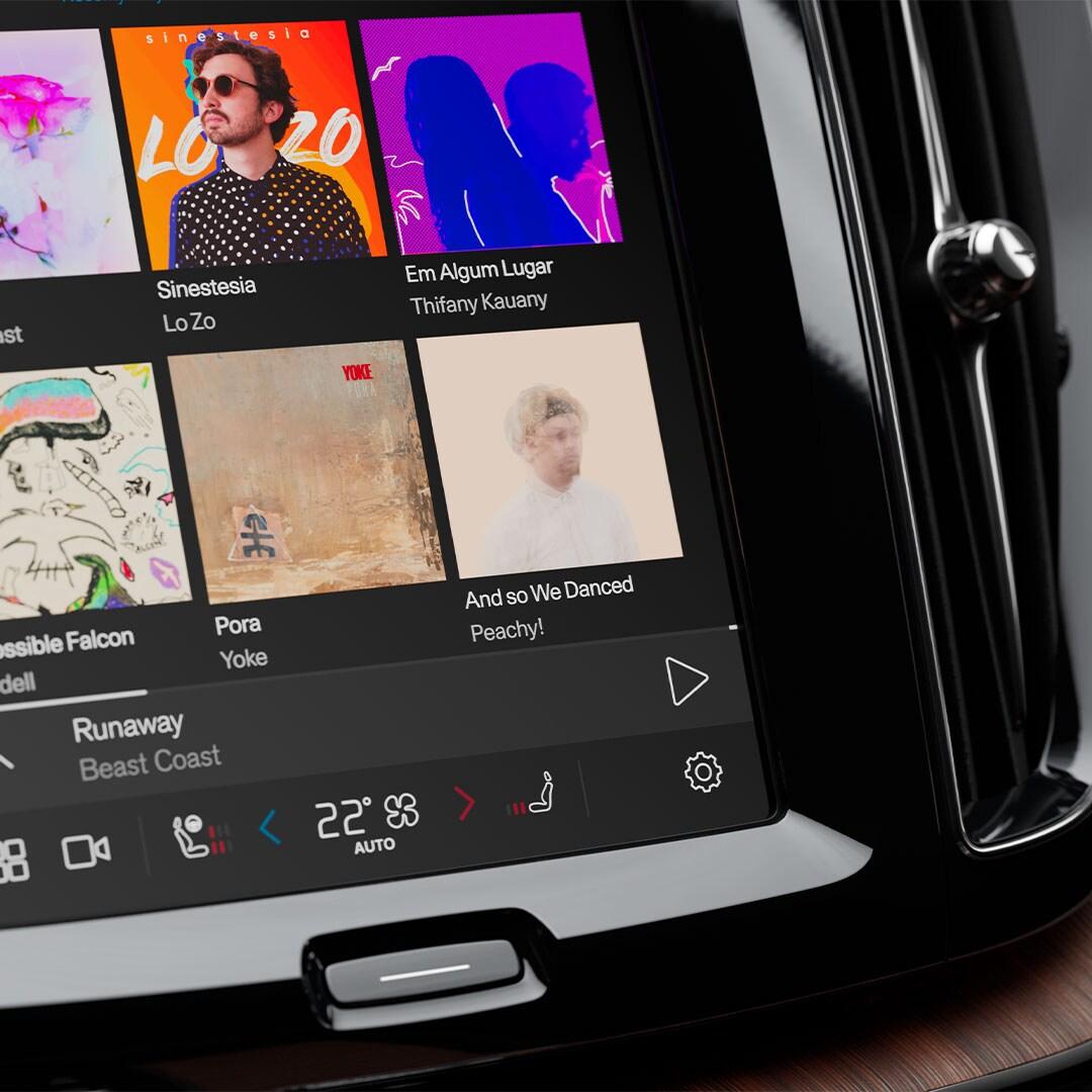 Konsola środkowa Volvo z ekranem, na której wyświetlane są opcje wyboru muzyki.