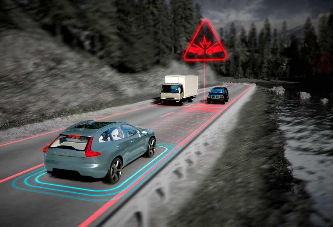 Ilustracja działania wprowadzonej przez Volvo Cars funkcji łagodzenia poprzez hamowanie skutków zderzenia z pojazdem nadjeżdżającym z naprzeciwka.