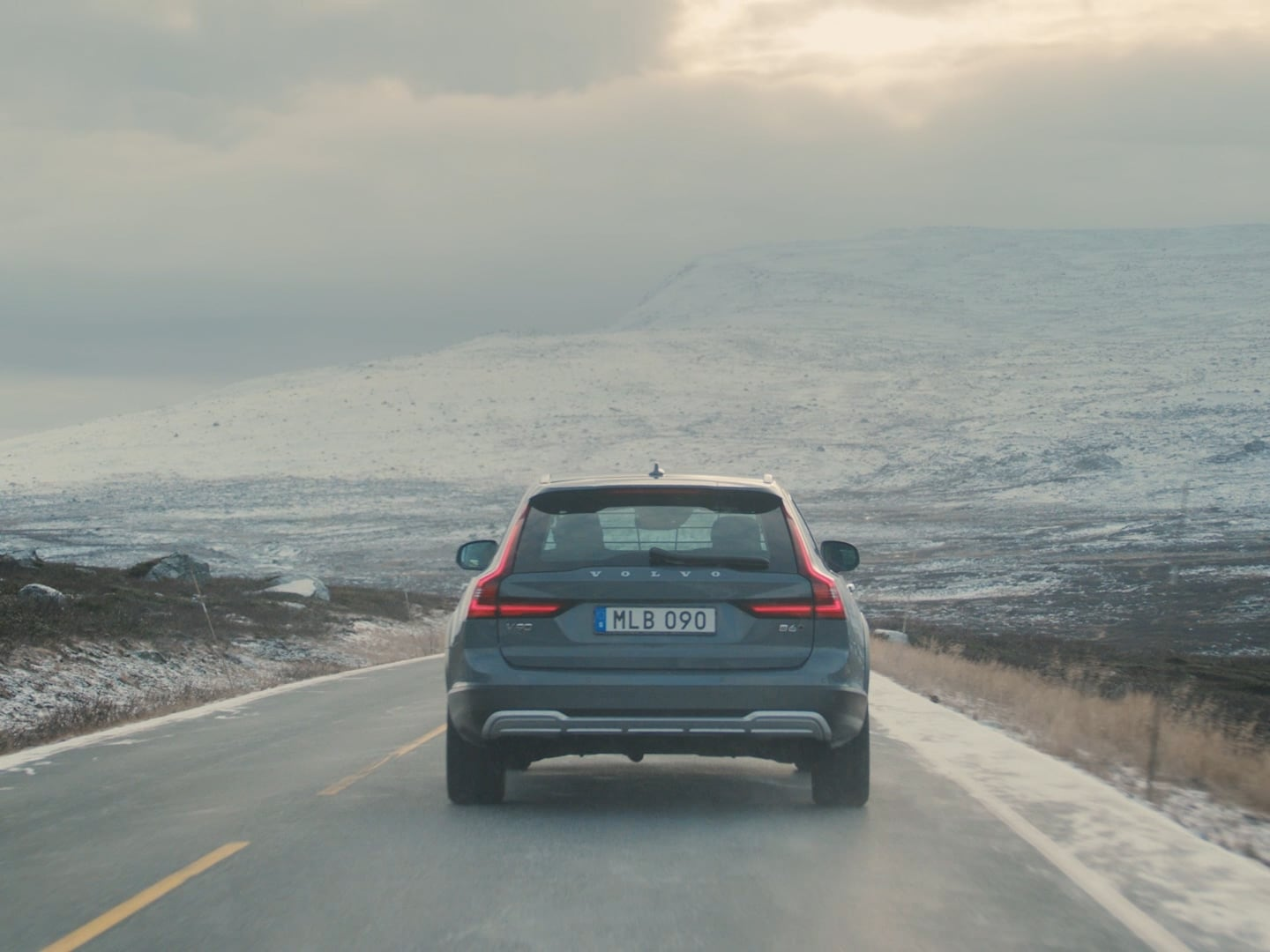 A grey V90 Cross Country on the road