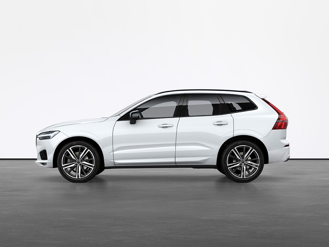 Un Volvo XC60 SUV de color blanco cristalino detenido sobre suelo gris en un estudio