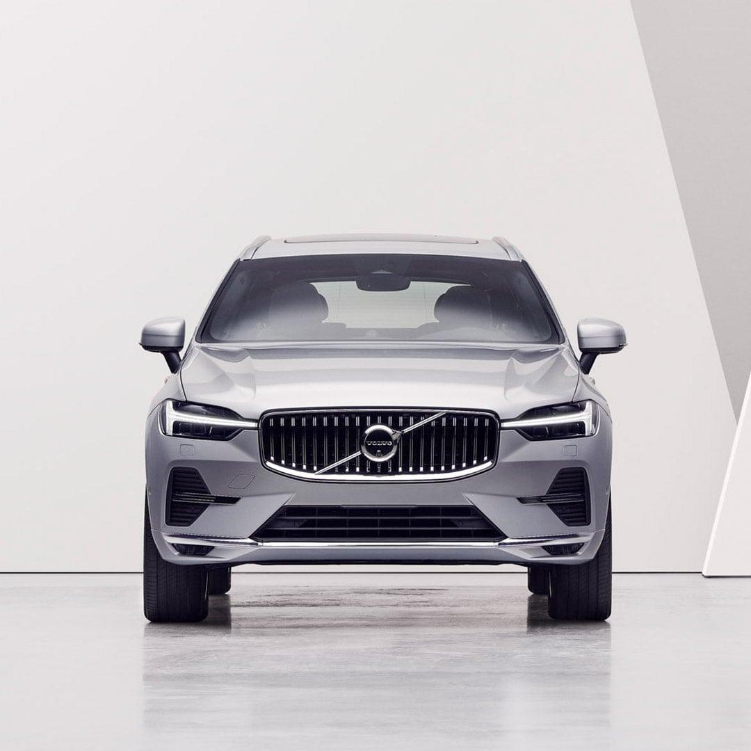 Uma mulher a olhar para um Volvo XC60.