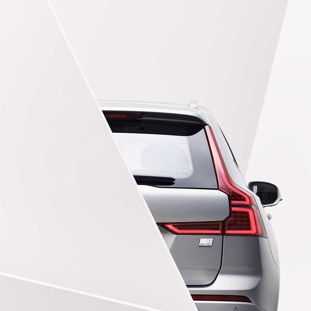 Um dos faróis exteriores de um Volvo XC60 Recharge.