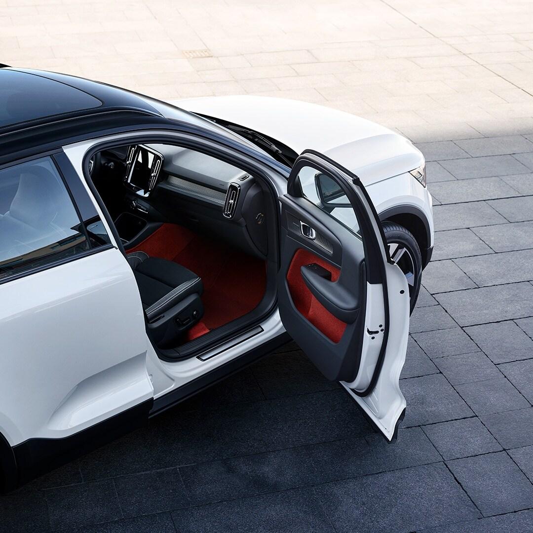 A porta dianteira direita de um Volvo XC40 está aberta