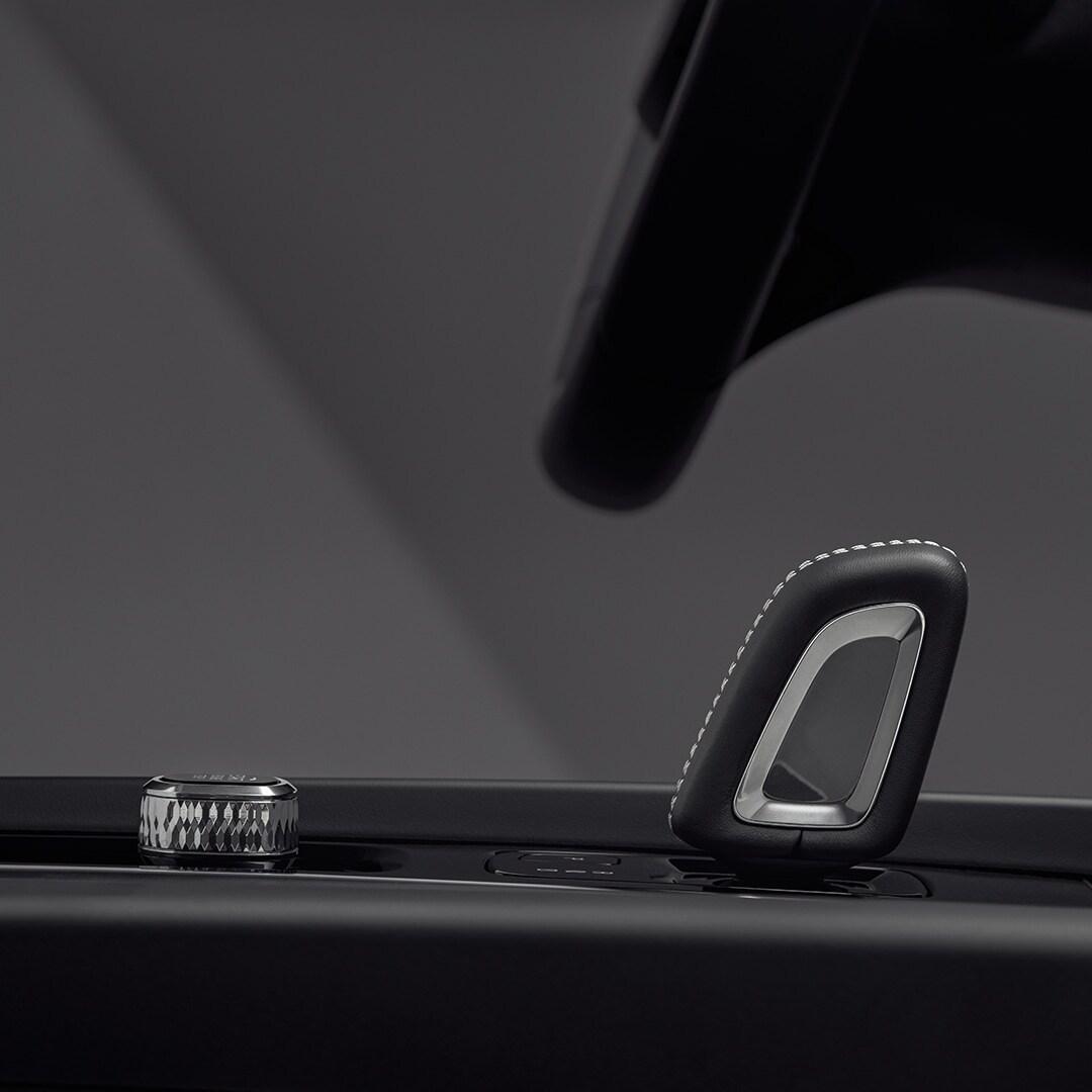 Grande plano de um manípulo da alavanca da caixa de velocidades no interior de um Volvo XC60 Recharge
