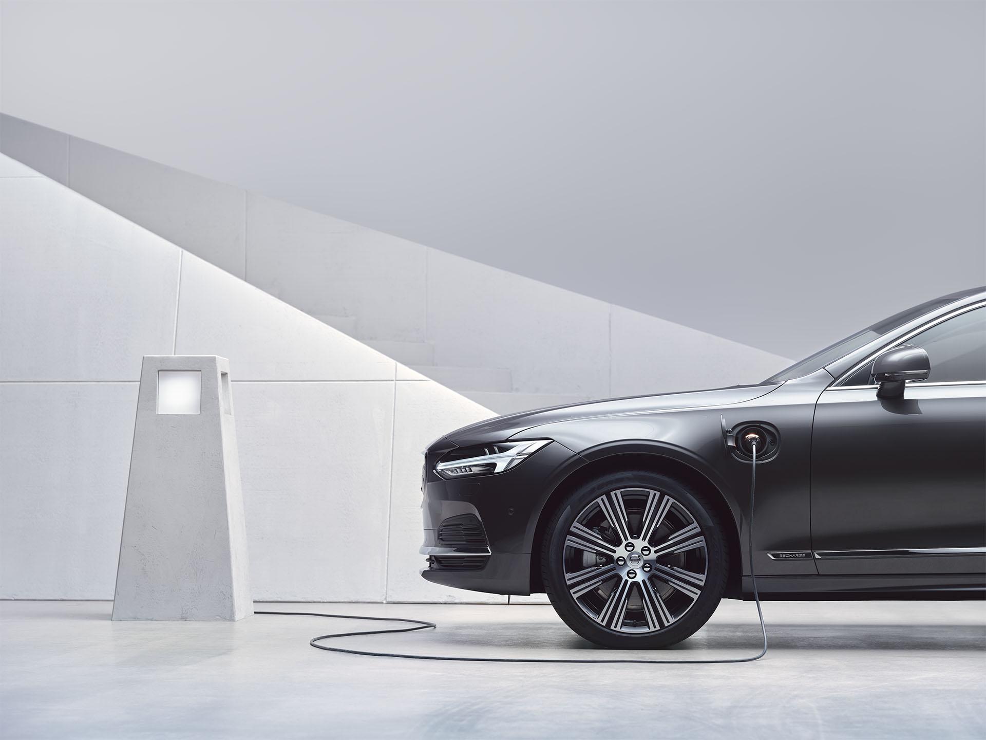 Un Volvo S90 híbrido recargable se está recargando