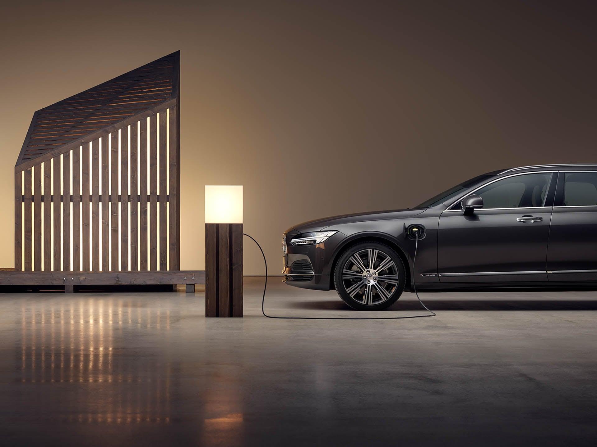 Un Volvo V60 Recharge plug-in hybrid de culoare gri, care se încarcă
