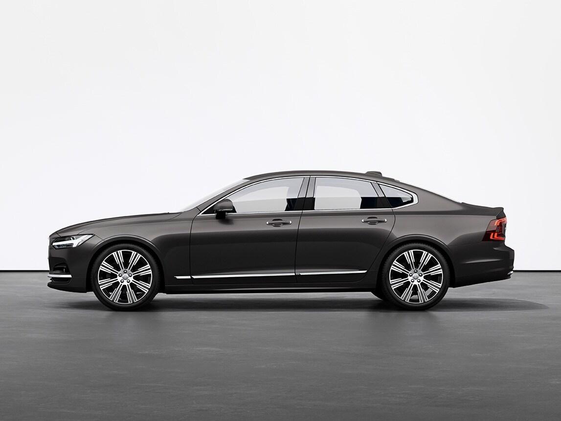 Un sedan Volvo S90 de culoare Platinum Grey staționând pe o pardoseală gri, în studio