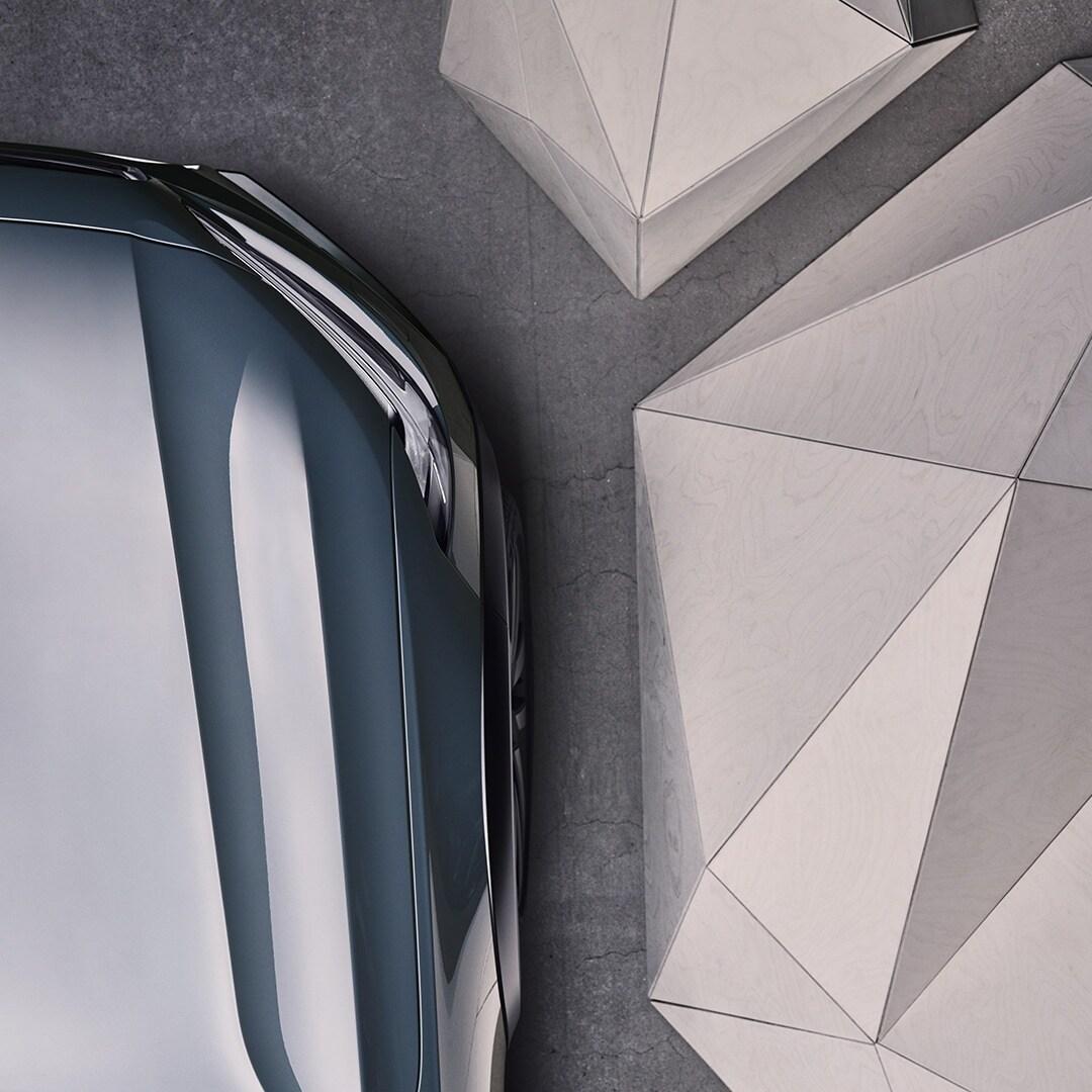 Partea din față a unui Volvo V90 Cross Country de culoare Mussel Blue Metallic