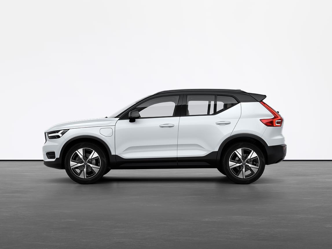 Kristalno beli Volvo XC40 Recharge plug-in hibridno SUV vozilo stoji na sivom podu u studiju