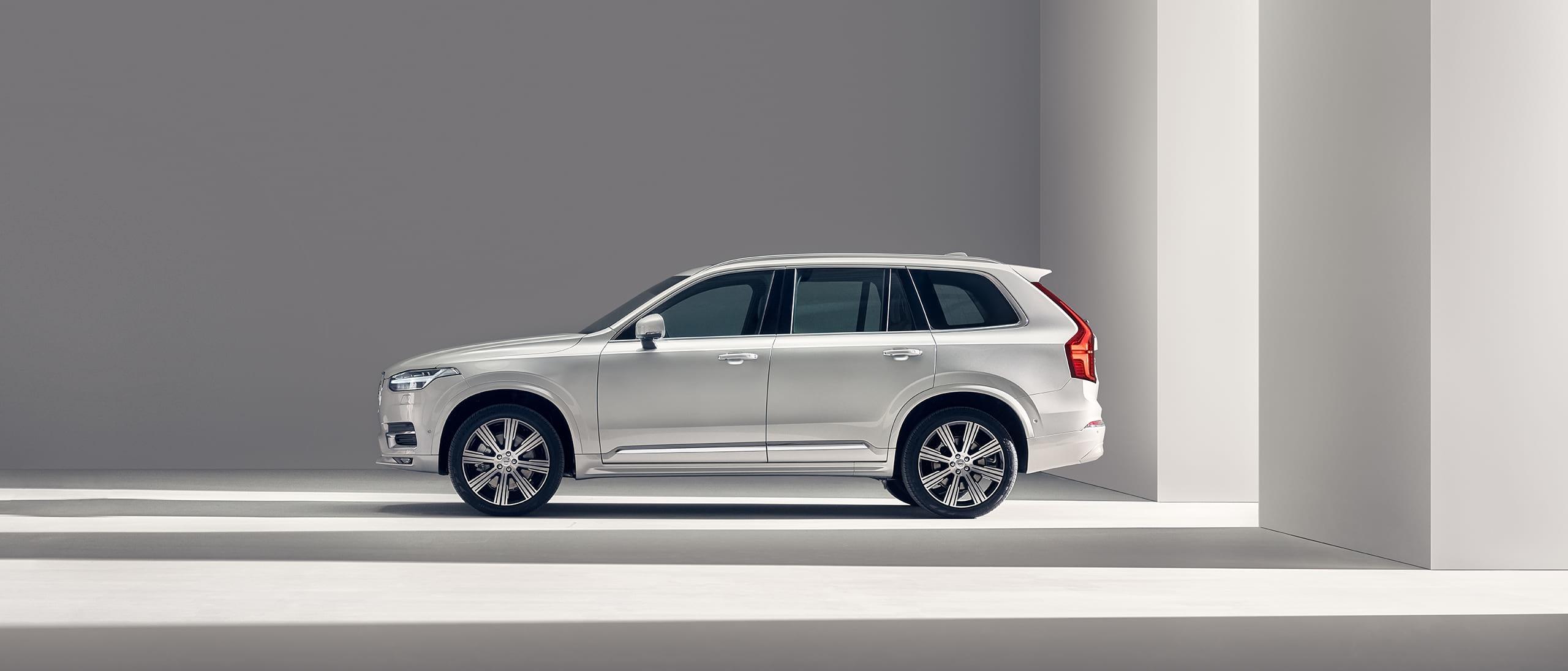 Volvo XC90 stoji.