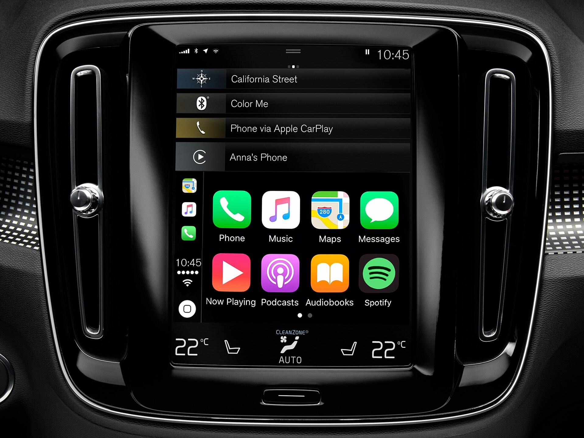 Крупный план мультимедийной системы в Volvo XC40, отображающей интеграцию со смартфоном.
