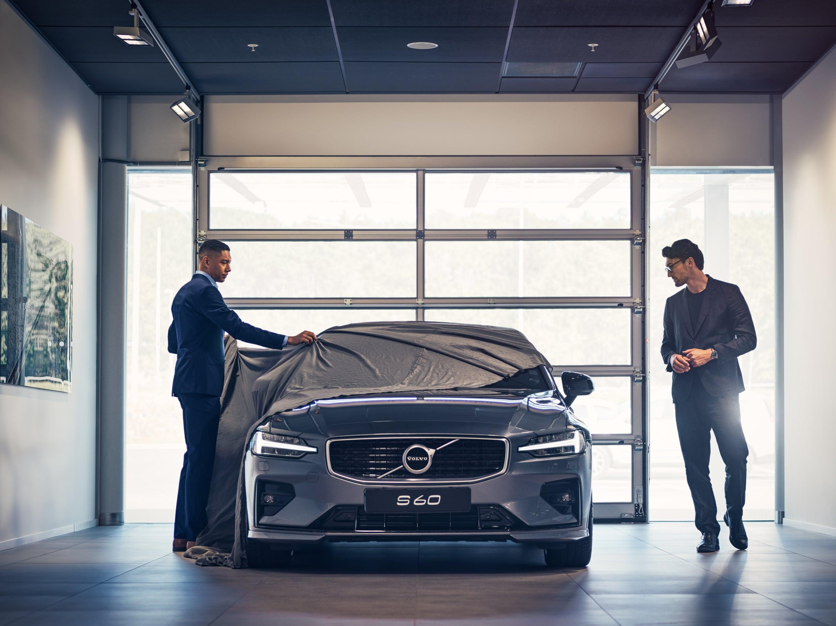Ny Volvo S60 levereras till sin nya ägare.