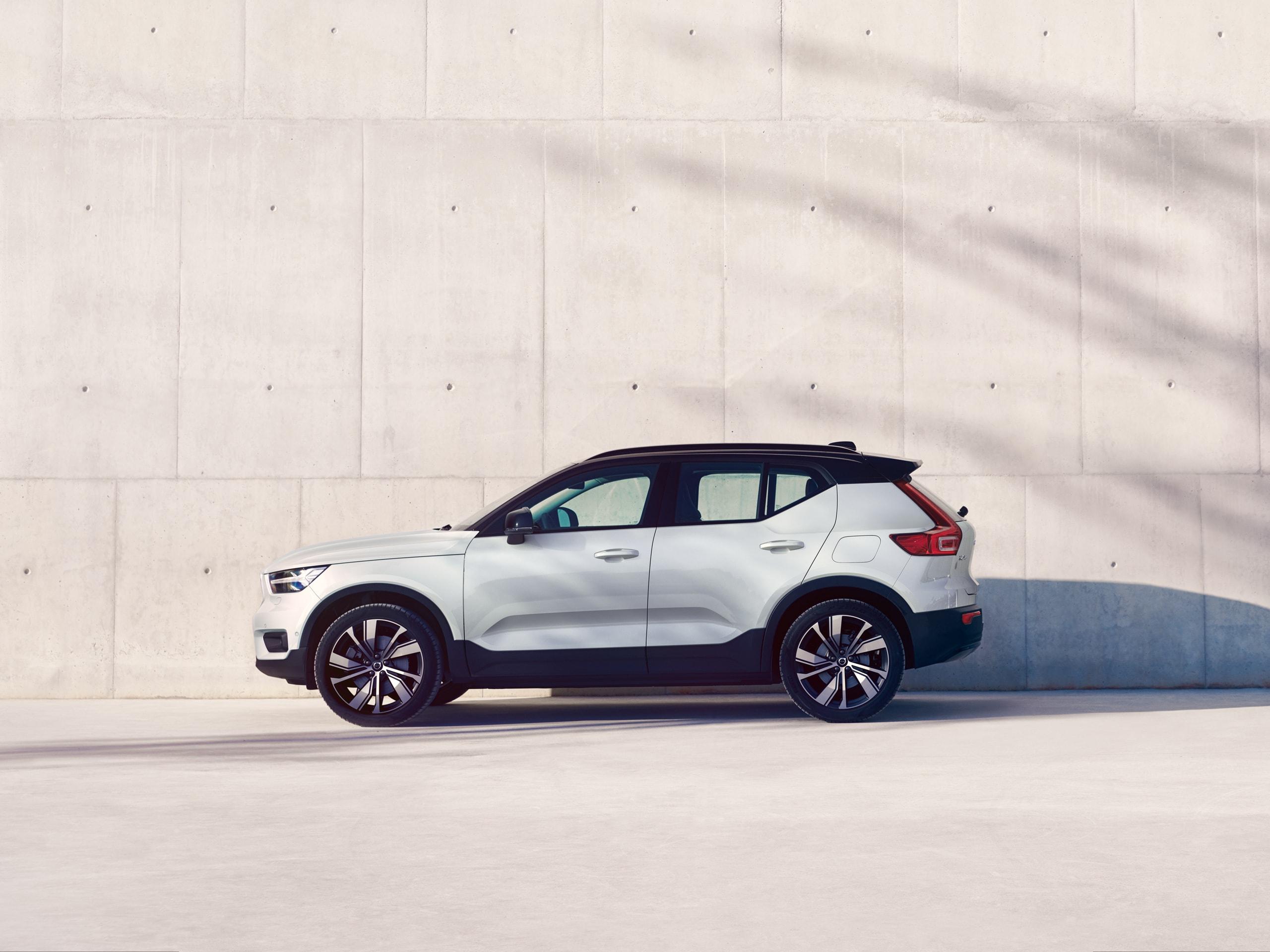 Volvo XC40 parkerad framför en ljus vägg.