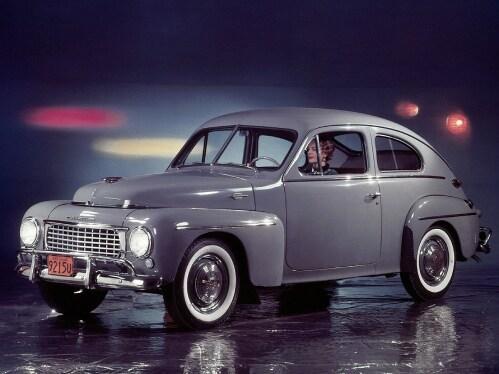 En grå Volvo PV 44 på en scen.