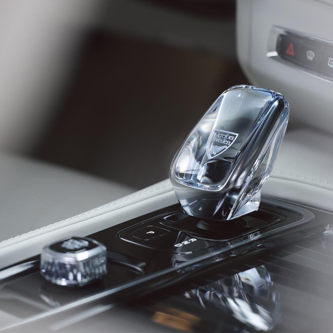 Inuti en Volvo, en kristallväxelspak av äkta svensk kristall från Orrefors.