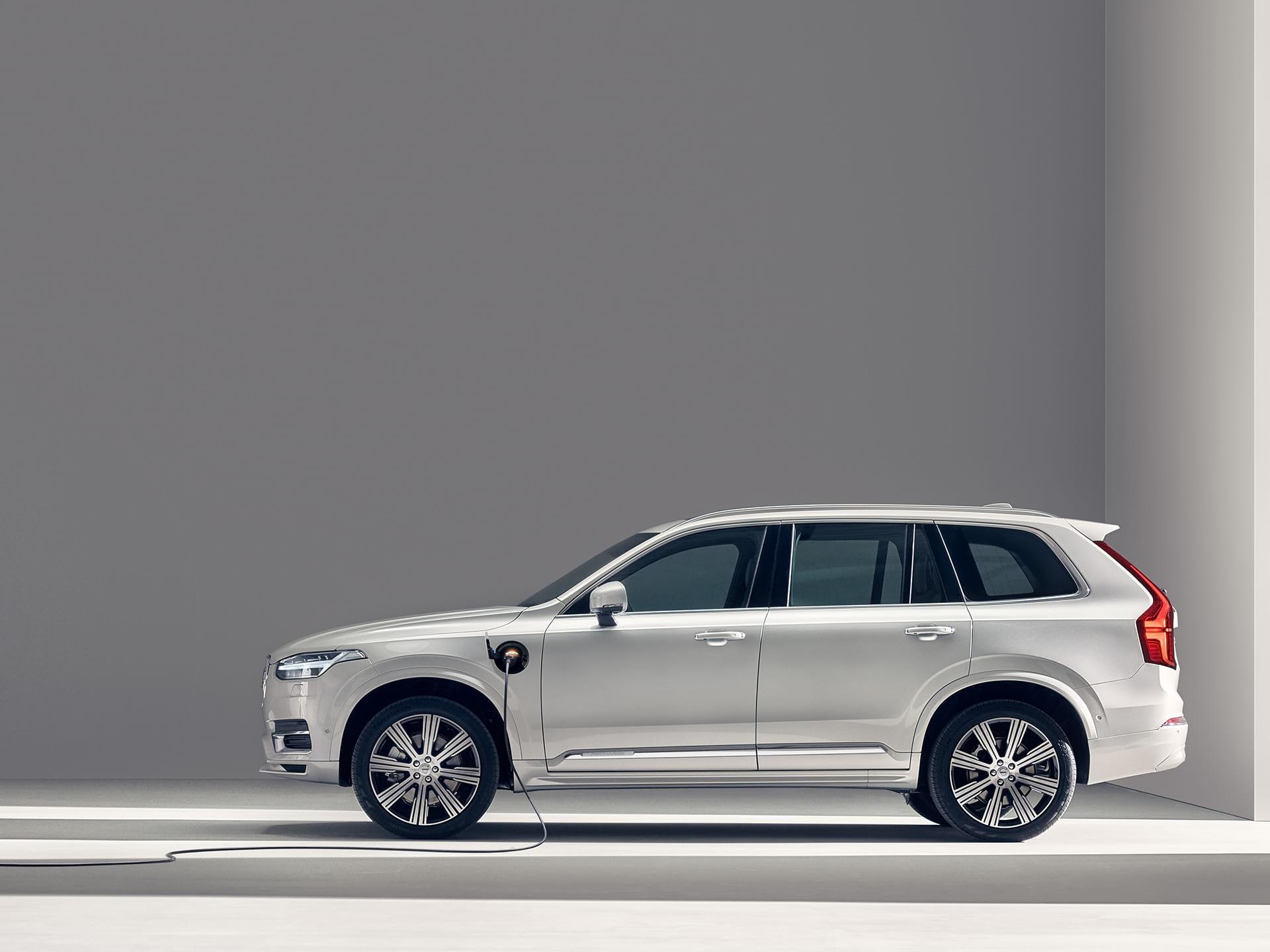 En Volvo XC90 Recharge laddhybrid-SUV laddas.