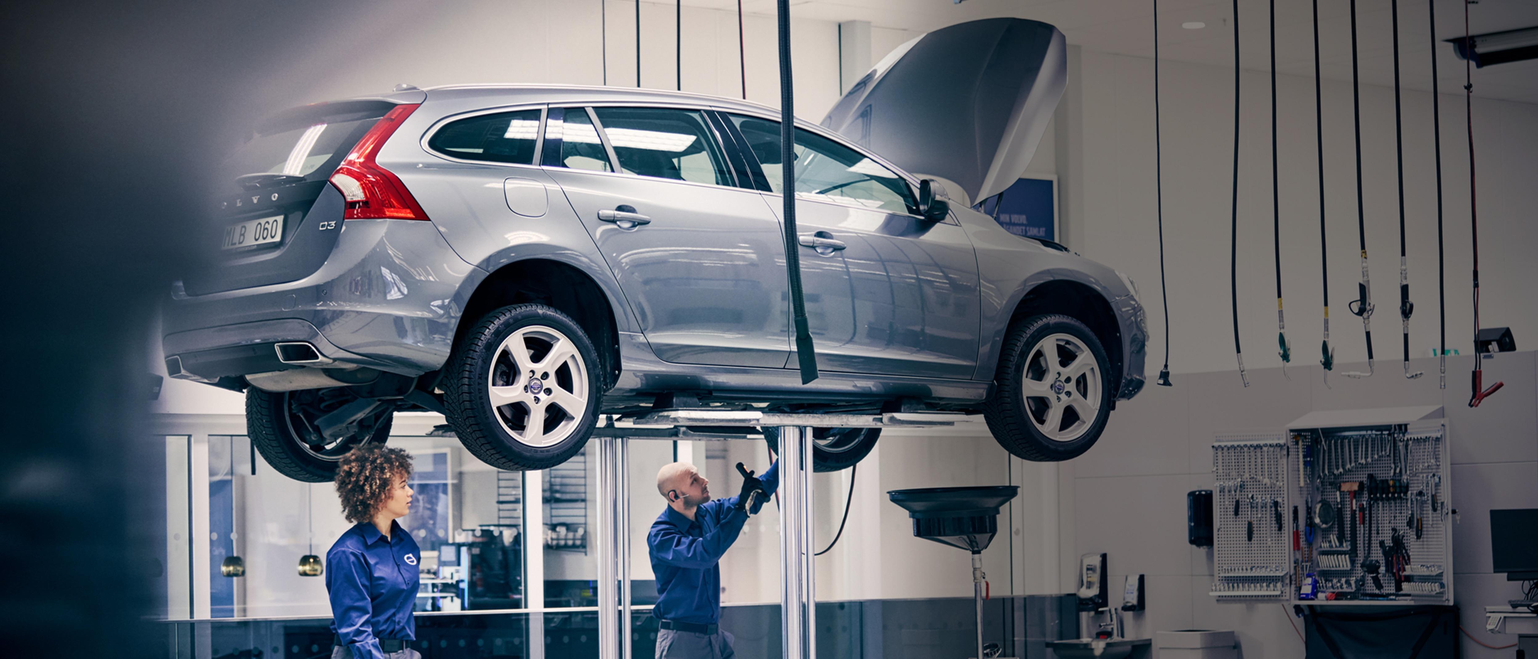 Volvo aracı serviste inceleyen bir servis elemanı