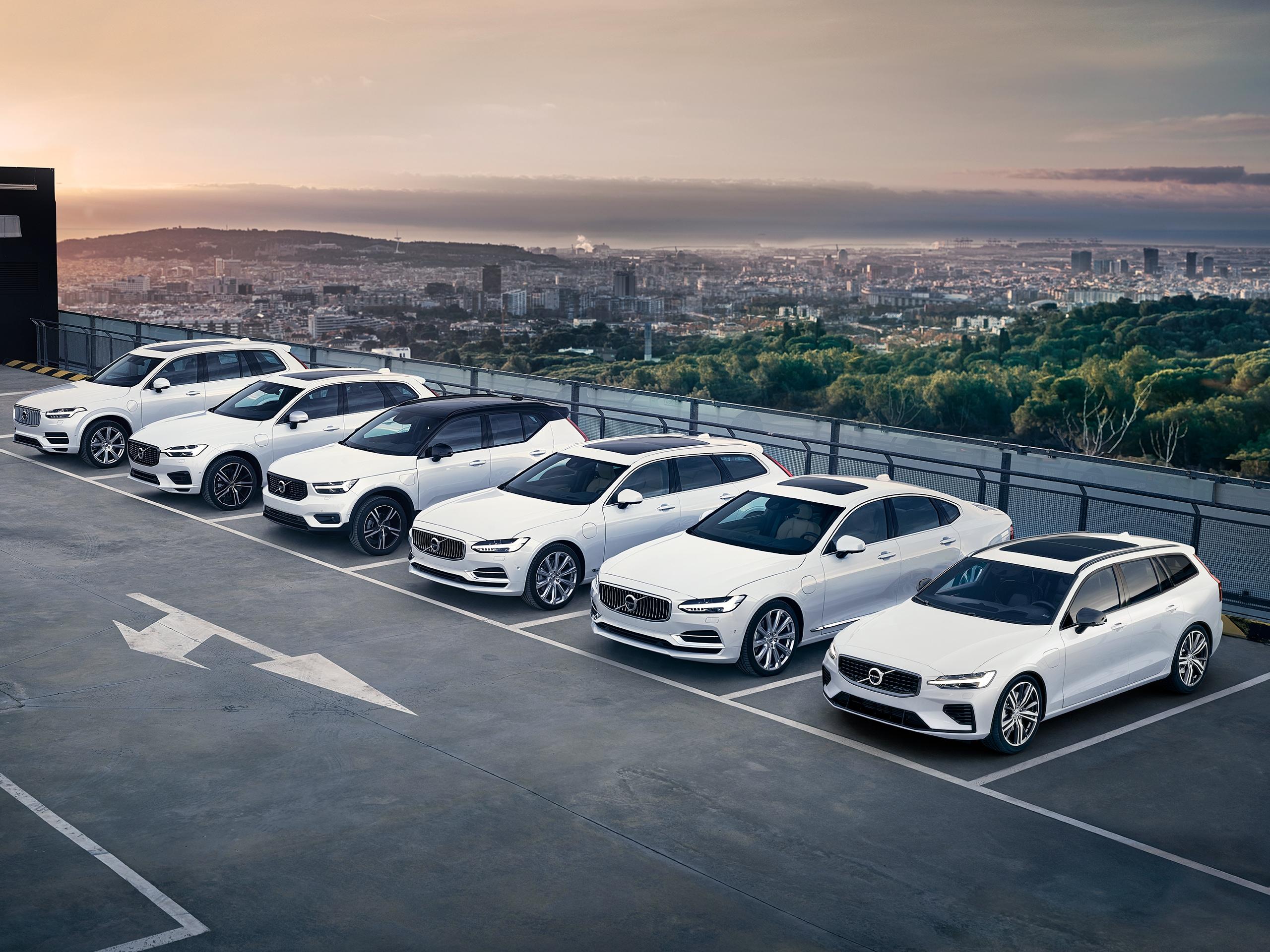 Tüm Volvo modellerini sıralı olarak park ederken görüyoruz.