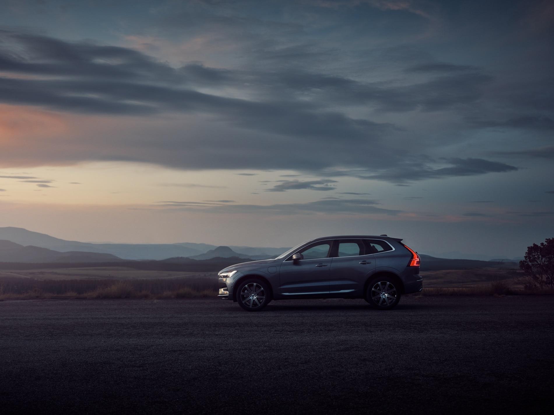 在黑色環境下充電的白色 Volvo XC60 Recharge