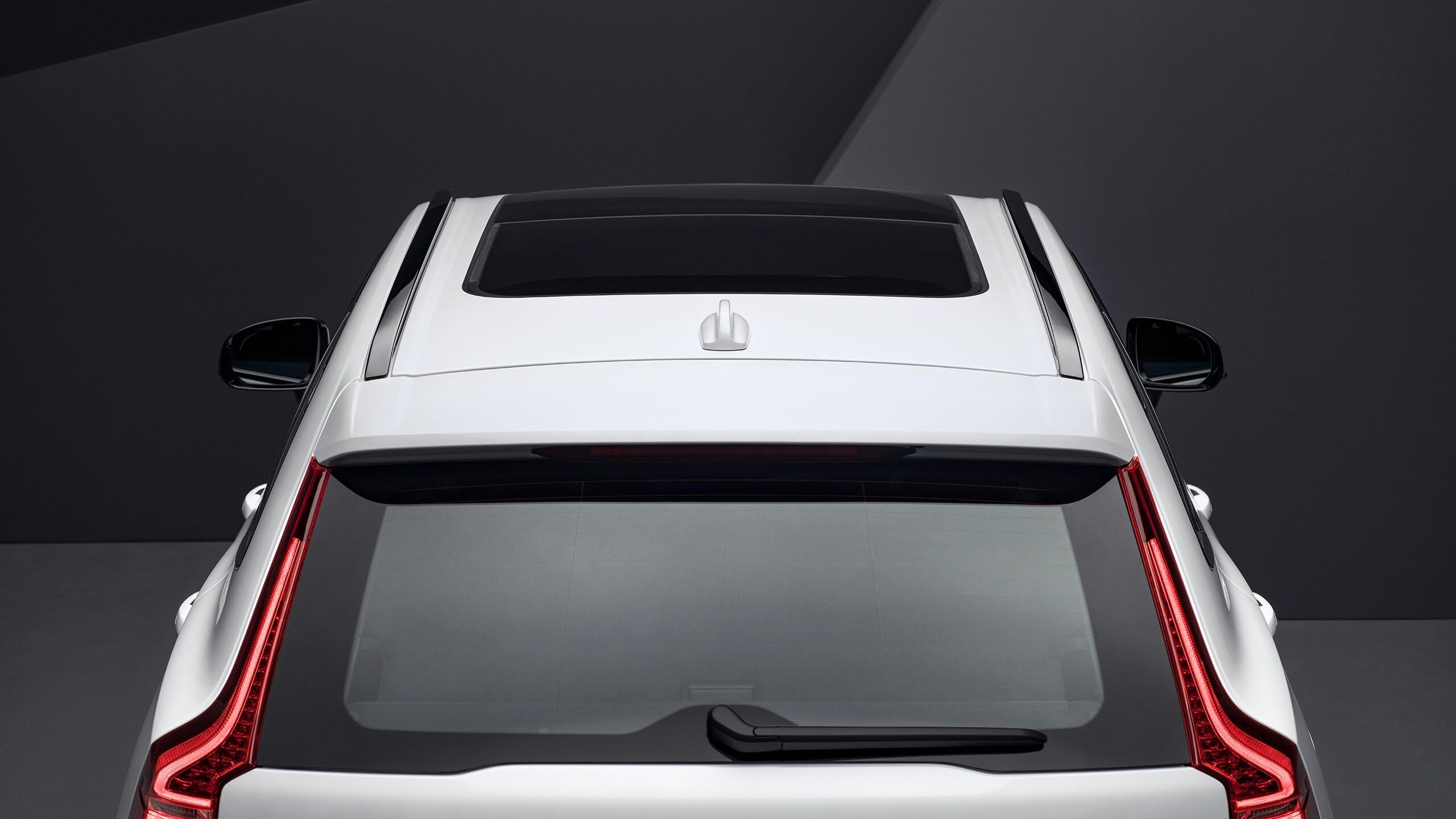 Автомобіль VolvoXC60 кольору White із відкритим і нахиленим панорамним дахом, вигляд згори
