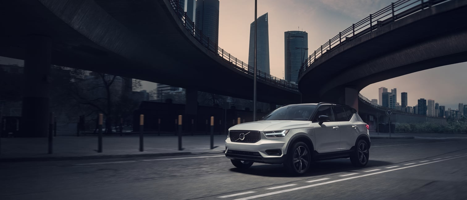"XC40 R-Design T5 Recharge, 707 Crystal White Pearl, Roof in contrast colour 019 Black Stone, 19"" 5-Double Spoke Matt Black Diamond Cut alloy wheel"
