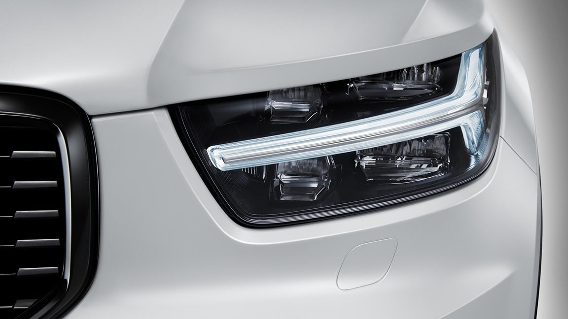 XC60 R-Design expression, 707 Crystal White Pearl headlight
