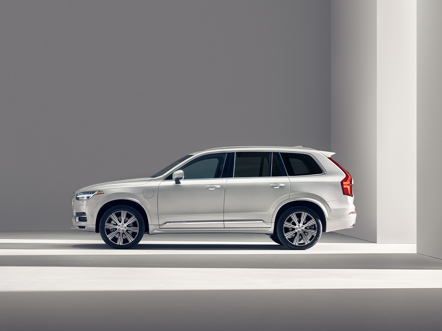 A white Volvo SUV XC90 Recharge standing still